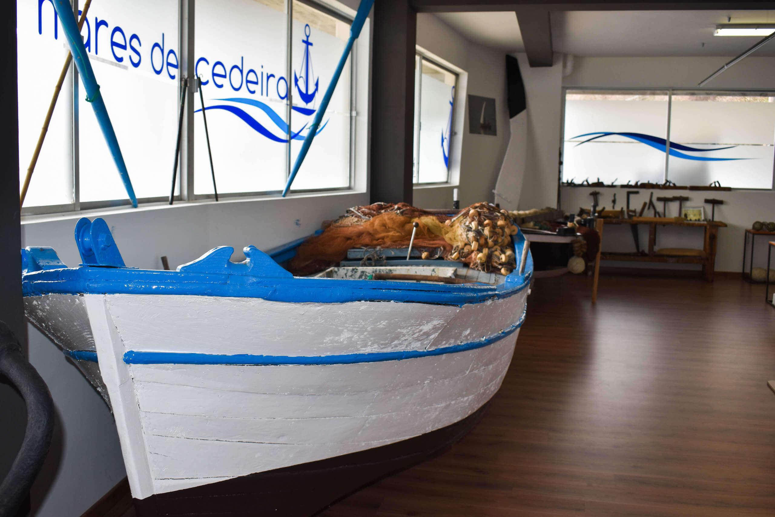 Embarcacion tradicional cedeiresa dentro del museo - Museo Mares de Cedeira