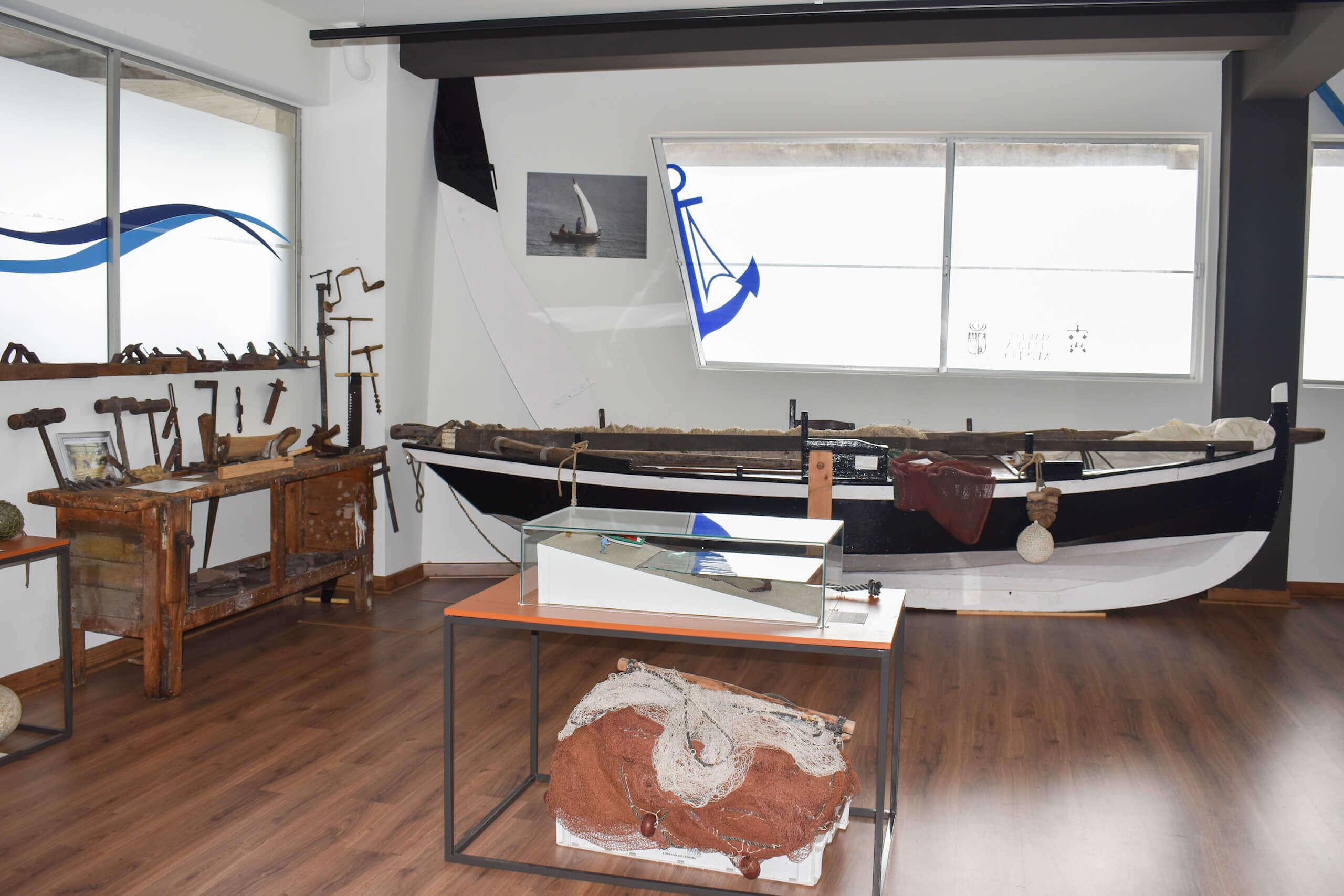Embarcaciones en la sala de embarcacionesEjemplo de embarcaciones tipicas de Cedeira - Museo Mares de Cedeira