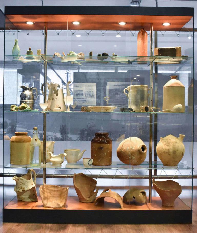 Vitrina con objetos antiguos de Retales de Historia de Cedeira